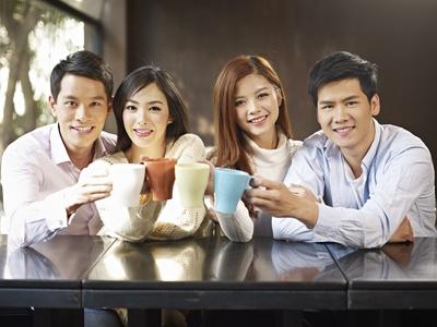 Amis dans un café